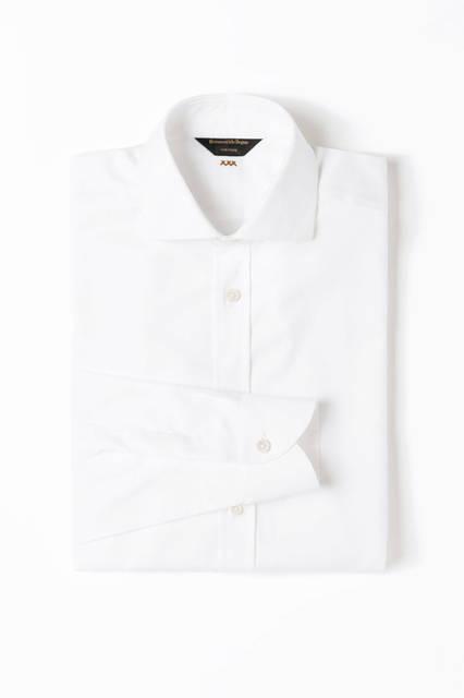 ピュアコットンのシャツはトーン・オン・トーンのダイヤモンドパターンが特徴。マザー・オブ・パールのボタンが上品なイメージを強調する。シャツ11万7720円/エルメネジルド ゼニア
