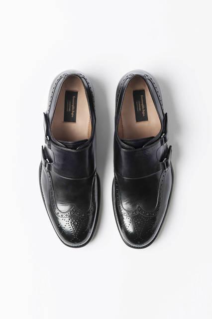 飾り穴がついたウイングチップのアッパーにダブルモンクを乗せたドレスシューズ。ソールはハンドステッチで柔らかなはき心地をかなえてくれる。靴18万1440円/エルメネジルド ゼニア