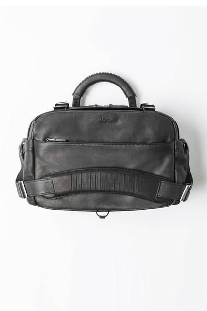 グレインカーフながら、ラムレザーのように軽い手づくりのリポーターバッグ。なめしの過程で油を絶妙な割合で配合することによって、しっとりとした質感が表現されている。バッグ50万2200円/エルメネジルド ゼニア