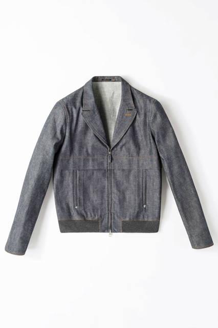ミッドナイトブルーのデニムブルゾンは、テーラードのような襟が特徴。袖のクチュール仕上げも上品なイメージを醸し出す。ブルゾン29万520円/エルメネジルド ゼニア