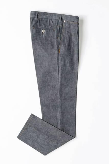 右のポケット下にトリプルエックスのアイコンが刺繍されたデニム。プリーツが入っているので、ジャケットスタイルとも好相性。デニム10万6920円/エルメネジルド ゼニア