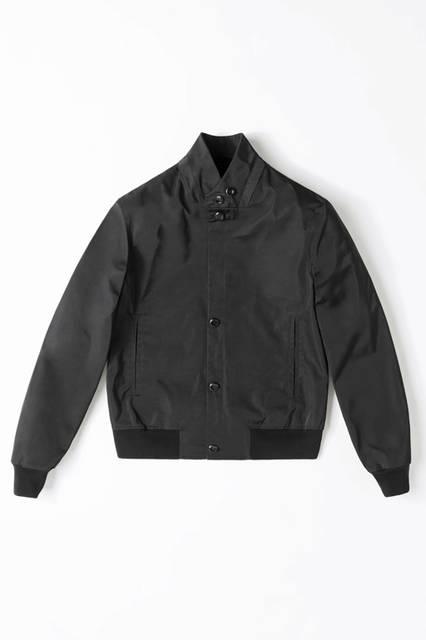 黒のボンバージャケットは、ポリエステル素材がスポーティかつ洗練されたイメージを演出。ブルゾン34万5600円/エルメネジルド ゼニア