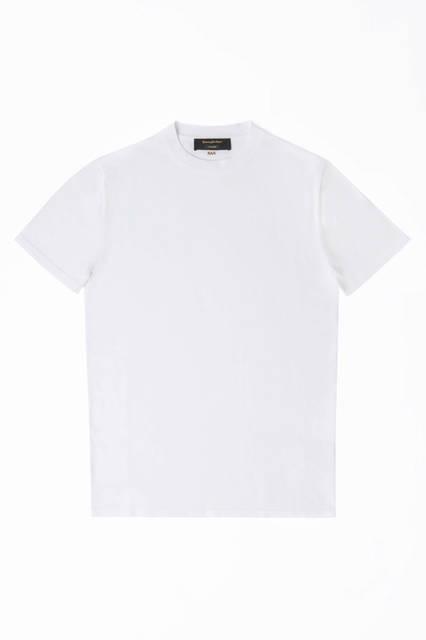 シーアイランドコットンを使ったTシャツは、上質なベーシックという大人のワードローブにふわしい質感。Tシャツ8万8000円/エルメネジルド ゼニア