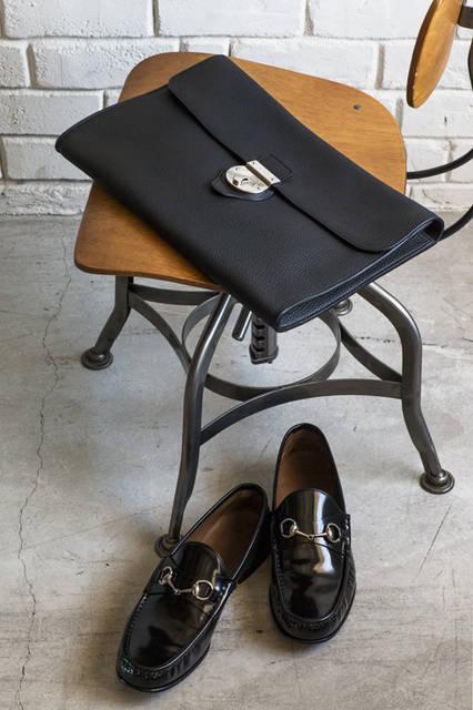 高級レザーを使ったクラッチはしっかりとした厚みがありながら、柔らかな質感が素材の良さを物語る。定番的存在のホースビットローファーと合わせて、モダンなスーツの着こなしを楽しみたい。 <br /><br /> バッグ[W37×H25×D3cm]35万6400円、シューズ10万2600円/グッチ <阪急メンズ大阪2階・阪急メンズ東京1・2階>