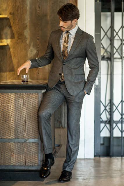 柔らかなイタリアらしい着心地を堪能できるスーツは、クラシックなブラウンのストライプ柄。Vゾーンは同系色のブラウンのペイズリーをあしらったタイでコンテンポラリーにまとめて、大人の風格漂うスタイルに。 <br /><br /> スーツ37万8000円、シャツ6万8040円、タイ2万5920円、ベルト・シューズ参考商品/ジョルジオ アルマーニ<阪急メンズ大阪3階・阪急メンズ東京3階>