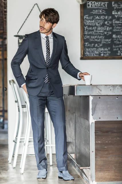 旅先でも「ディオール」のクチュールスピリットを纏える、トラベルと名づけられたサージのウール素材のスーツ。機能性と極上のフィット感、美しいタイトなシルエットという魅力が三位一体となっている。 <br /><br /> スーツ46万4400円、シャツ8万5320円、タイ参考商品、シューズ10万5840円/ディオール オム<阪急メンズ大阪2階>