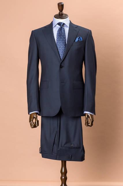 強撚糸を使ったハイパフォーマンス オールシーズン素材のスーツはビジネスマンにとって、マルチに活躍する一着。ビジネストリップにも便利なもので、あらゆるシーンで端正なスタイルを演出してくれるだろう。 <br /><br /> スーツ43万8480円、シャツ4万2120円、タイ2万3760円、チーフ1万4040円/エルメネジルド ゼニア<阪急メンズ大阪3階・阪急メンズ東京3階>