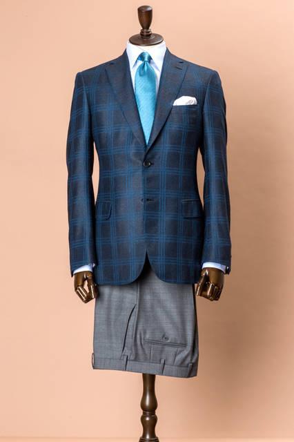 上質なシルク混素材を使ったジャケットは、体型やオケージョンを選ばないベストセラーモデルのブルニコ。鮮やかなブルーのチェックが立体的に施され、グレーのパンツと合わせた王道的なジャケパンスタイルも新鮮な印象。 <br /><br /> ジャケット69万2280円(阪急メンズ先行販売)、パンツ8万4240円、シャツ7万1280円、タイ3万240円、チーフ1万9440円/ブリオーニ<阪急メンズ大阪3階・阪急メンズ東京3階>