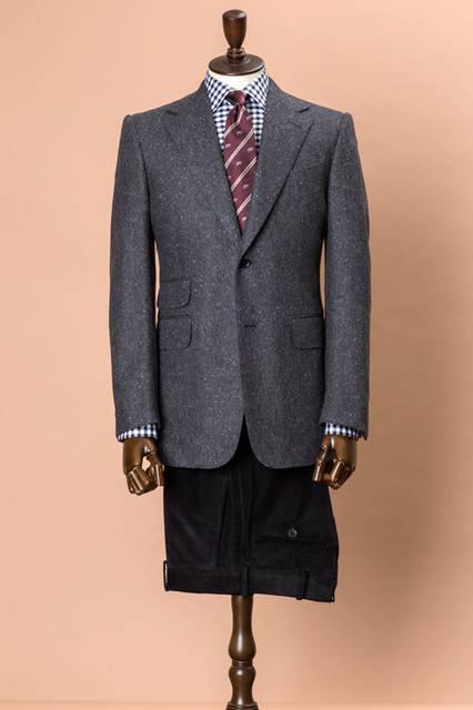 バージンウールを使ったドネガルツイードのジャケットに、コーデュロイのパンツを合わせた英国的なジャケパンスタイル。ジャケットの素材感を活かし、リラックスムードを薫らせつつも、フォルムはモダンな仕上がりに。 <br /><br /> ジャケット28万2960円、パンツ4万9680円、シャツ3万3480円、タイ2万1600円/ダンヒル<阪急メンズ大阪3階・阪急メンズ東京3階>