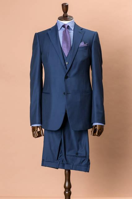 「アルマーニ」が得意とするブルー系のボディにオルタネイトストライプを使ったスーツは、日本限定モデル。柄自体にほど良い個性があるため、それぞれを単品使いしても違和感のない着こなしが楽しめるという、汎用性の高さも大きな魅力。 <br /><br /> スーツ24万8400円、ベスト5万1840円、シャツ3万5640円、タイ1万9440円、チーフ9720円/アルマーニ コレツィオーニ<阪急メンズ大阪3階・阪急メンズ東京3階> <br /><br /> <strong>【オーダーフェア】</strong><br /> 阪急メンズ大阪/9月1日(火)〜30日(水)、ノベルティ:トラベルケーブルケース<br /> 阪急メンズ東京/9月1日(火)〜30日(水)、ノベルティ: トラベルケーブルケース