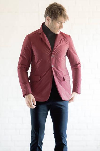 中綿入りのジャケットはスポーティーなナイロン素材。シーズンカラーのボルドーをベースにネイビーのパンツ、タートルネックを合わせて、今季的なヌケ感の漂うカジュアルに。白シャツを合わせればビジネスにも対応可能。 <br /><br /> ジャケット13万6080円(阪急メンズ限定)、パンツ7万4520円※いずれも9月中旬入荷予定、ニット6万8040円/ジル・サンダー<阪急メンズ大阪3階・阪急メンズ東京3階>