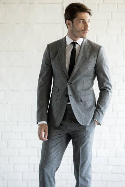 ハウンドトゥースのマイクロ柄をあしらったスーツは、着丈の短さやタイトな身幅がブランドのアイデンティティーを主張。ホワイトのシャツにブラックタイというストイックなコーディネートで都会的な着こなしを。 <br /><br /> スーツ19万9800円、シャツ4万2120円、タイ2万2600円/ディースクエアード<阪急メンズ大阪2階・阪急メンズ東京2階>