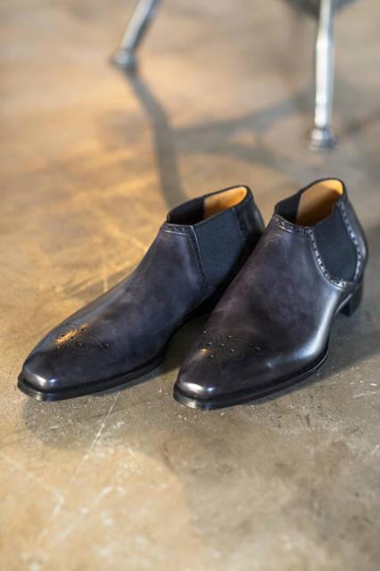 アッパーのグレーのグラデーションに高級感が漂うサイドゴアブーツ。ショート丈のブーツはパンツのクッションにも影響を与えないというメリットも。サイドのエラスティック部分にパーフォレーションが配されているのも特徴的。 <br /><br /> シューズ22万6800円(阪急メンズ限定)/ガジアーノ&ガーリング※9月中旬入荷予定<阪急メンズ大阪1階・阪急メンズ東京地下1階>