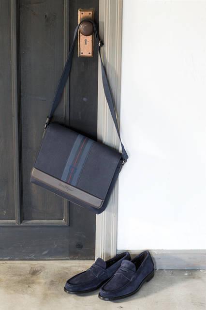 アイコニックなディテールが満載のメッセンジャーバッグは、使いやすいキャンバス素材。シーズンカラーであるブルーマリンを纏ったローファーとコーディネートすれば、秋冬シーズンでもさわやかな印象をもたらしてくれる。 <br /><br /> バッグ[W30×H25×D6cm]10万5840円、シューズ8万4240円/サルヴァトーレ フェラガモ<阪急メンズ大阪3階>