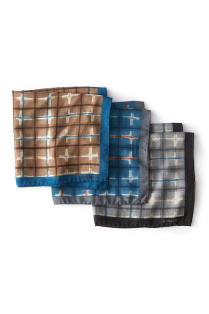チェックのチーフは着こなしのスパイスに ウール100%ながら、軽やかな質感をもったチーフは、3種類のカラーバリエーションで登場。すべてのチーフには鮮やかなブルーがあしらわれており、アイキャッチーカラーは着こなしのアクセントとして活躍する。チーフ各9500円[ボリオリ 東京店限定]/ボリオリ