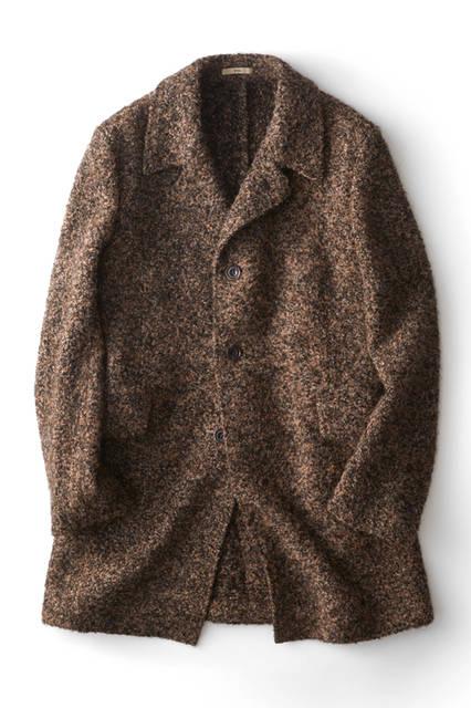 ニットのような柔らかい風合いをもつ、ブークレ調のコート。見た目同様に着心地も軽やかで、羽織るだけで今季的なコーディネートに。ブラウンとブラックをミックスした配色もシックで上品な印象。ウールコート14万8000 円/ボリオリ