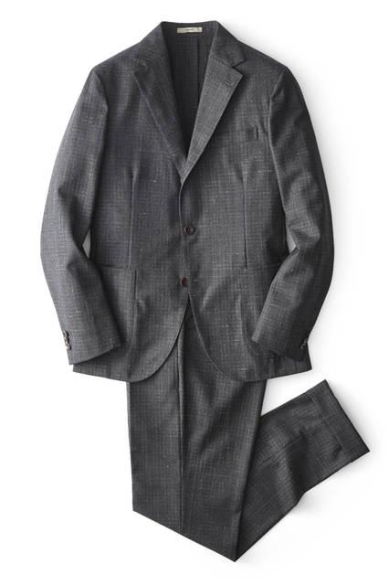 モダンかつエレガントな「ニュードーヴァー」のスーツは、上のネイビーと の色違い。生地にさり気ない個性があるので、オンオフ問わず使えるのは もちろん、上下それぞれ単品で着こなすことも可能だ。スーツ14万8000 円[ボリオリ 東京店限定]/ボリオリ