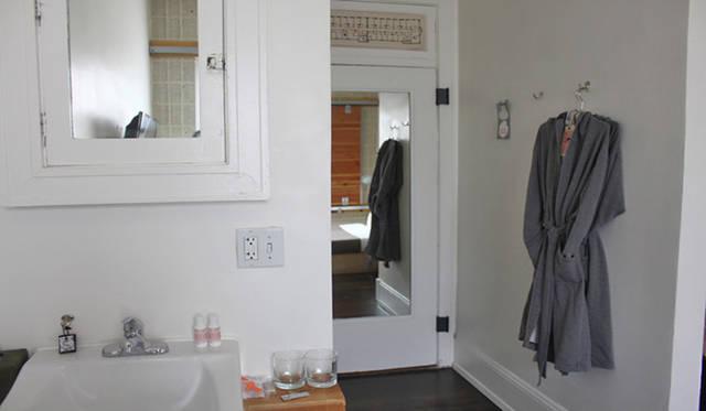 <strong>Yoko Ueno Lewis|暮らしノート・第18回「ドルフィンホテルと羊男の世界」</strong><br />部屋の内部。鏡の部分がドア