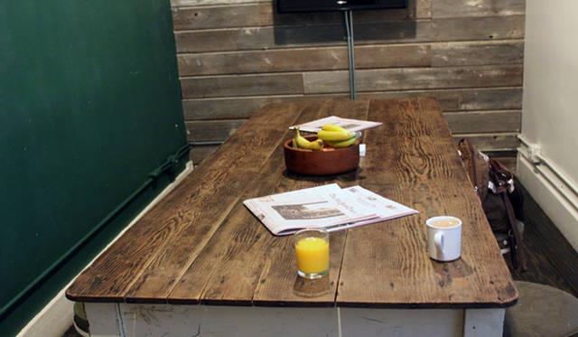 <strong>Yoko Ueno Lewis|暮らしノート・第18回「ドルフィンホテルと羊男の世界」</strong><br />朝食を食べる部屋のシェアテーブル