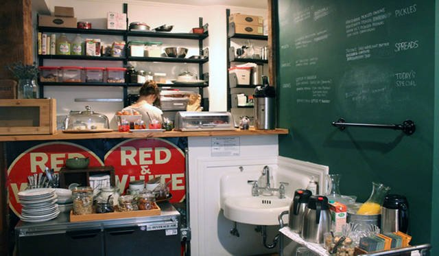 <strong>Yoko Ueno Lewis|暮らしノート・第18回「ドルフィンホテルと羊男の世界」</strong><br />朝食を食べる部屋は狭いけれどなんでも揃っている