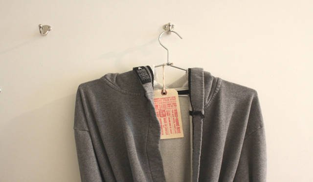 <strong>Yoko Ueno Lewis|暮らしノート・第18回「ドルフィンホテルと羊男の世界」</strong><br />内側がタオル地、表側がニットの理想的なバスローブはオンラインで販売されている。$160