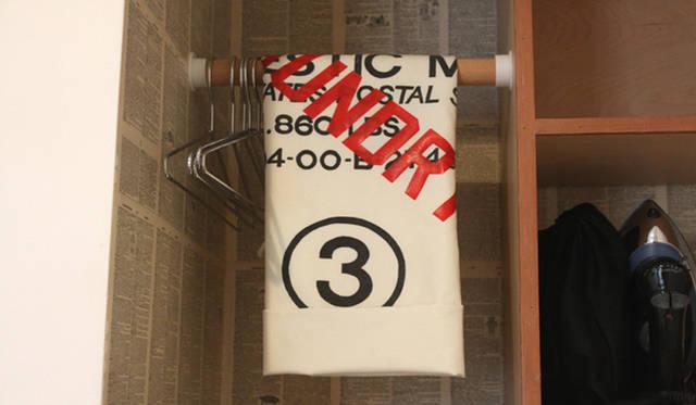 <strong>Yoko Ueno Lewis|暮らしノート・第18回「ドルフィンホテルと羊男の世界」</strong><br />ランドリーバッグとユーティリティの棚
