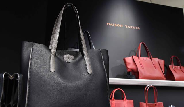 <strong>MAISON TAKUYA|メゾン タクヤ</strong><br />2015年秋・新作コレクション ブランドのアイコン的な一枚革で仕立てたバッグ、Uni-Brief、Uni-BodyTが進化した新作「Neo-Tote(ネオトート)」は、今シーズン3色展開