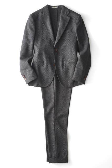 今季登場した新ライン「レットフォード」。モダンなフォルムのスーツは、ジャケットはショート丈、パンツはバギーシルエット。現代的なデザインながら、クラシカルなバーズアイを採用することで伝統と革新がミックスされている。スーツ14万8000 円/ボリオリ