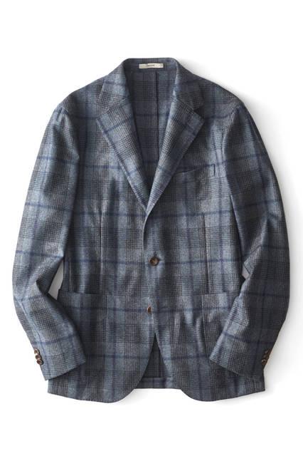 トレンドの大判チェックのジャケットは、洒脱なジャケパンスタイルに欠かせないアイテム。チェックの配色もブルーのトーン・オン・トーンとなっているので、統一感のある大人っぽい着こなしが楽しめる。ジャケット11万8000 円/ボリオリ