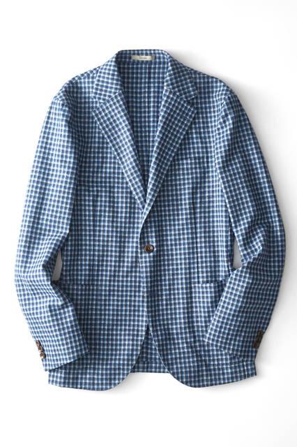 WOOL75%、ナイロン25 %で清潔感とさわやかさを併せ持つ上品な色使いのジャケットは、オンオフ問わず使える汎用性の高さが魅力。休日は真っ白なタートルネックをインナーに、ビジネスではネイビーのタイを合わせればシックなジャケパンスタイルに。ジャケット9万8000 円/ボリオリ