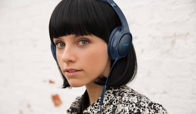 <strong>BOSE ボーズ</strong><br />「Bose&reg; SoundTrue around-ear headphones II」スマートフォン対応モデル / Apple製品対応モデル ともに2万2140円