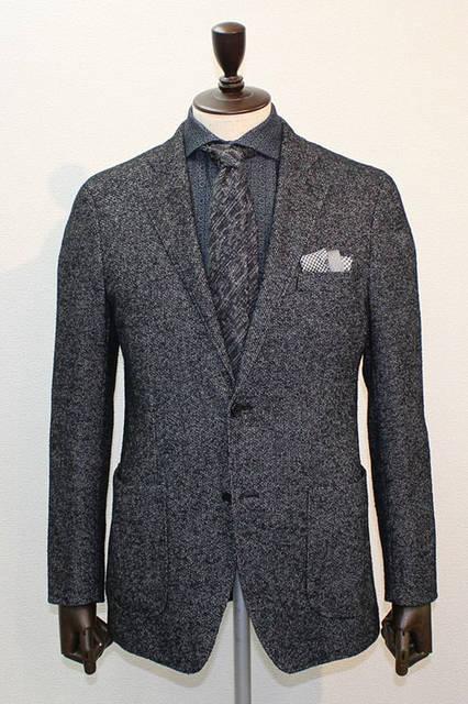 <strong>D'URBAN|ダーバン</strong><br />2015-16年秋冬コレクション 絡み織り×アルパカリングのジャケットは、ふくらみのあるタッチが新鮮。ジャケットにブルーの柄シャツ、グレーのレジメン調の柄ネクタイ、シルバーの千鳥柄チーフというコーディネート。ジャケット7万4520円