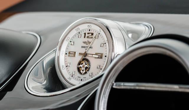 ブライトリング社が特別に制作する機械式時計「Mulliner Touribillion by Breitling」も用意される。ケースはローズゴールドかホワイトゴールド、文字盤にはマザー オブ パールもしくはブラック エボニーを指定可能。インデックスには8か所にダイヤモンドがあしらわれる。巻き上げは車両に設けられた精密な機構によっておこなう