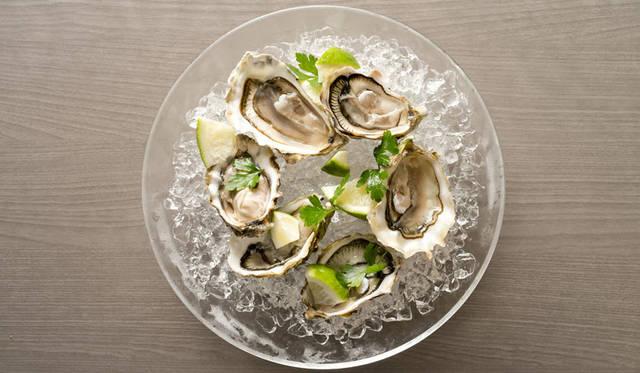 <strong>RUSTEAKS|ラステイクス</strong><br />おすすめの生牡蠣は、シャブリと一緒に。「本日の生牡蠣」480円~