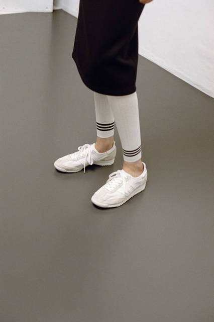 <strong>adidas Originals|アディダス オリジナルス</strong><br />コラボレーションコレクション「adidas Originals by HYKE」 スカート2万520円、レギンス9720円、スニーカー 1万5120円