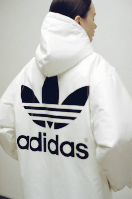 <strong>adidas Originals|アディダス オリジナルス</strong><br />コラボレーションコレクション「adidas Originals by HYKE」 ベンチコート4万1040円