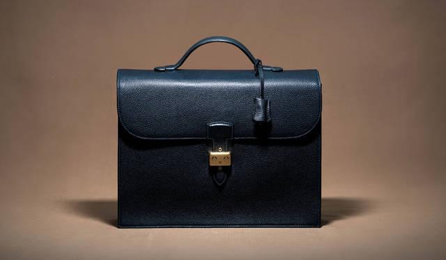 MAURO GOVERNA(マウロ ゴヴェルナ)のクラシックブリーフケース。パルティコと呼ばれたインディゴブルーで染めたトリヨンレザーを使用。バッグ24万8400円(ジャケットリクワイヤード)