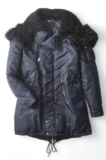 大きく開いた襟にはボアを、フード外周にもたっぷりとファーをあしらったN-3B型のデザイン。ウエストのドローコードや前合わせのフラップ裏にレザーを用いるなど、ディテールにもこだわり抜いた1着。中綿もたっぷりで、防寒性は抜群だコート21万4920円(ディーゼル ブラック ゴールド)