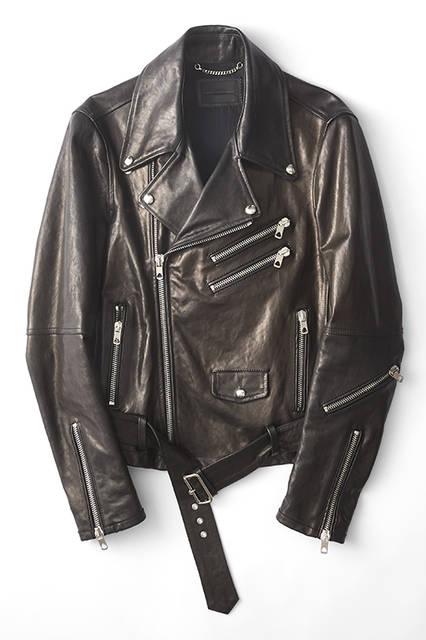 大きくせり出した上襟と幅広い前合わせが印象的なライダースジャケット。随所の大振りなメタルパーツがエッジーな雰囲気を演出。アームは細く、ボディはボクシーなシルエットというのも面白い。ライダースジャケット19万9800円 ※左胸のジップデザインは仕様変更予定(ディーゼル ブラック ゴールド)