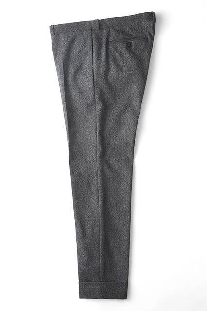 幅広に折り返した裾がアクセントになった、8分丈のウールスラックス。ウエストに前後差をつけることにより立体的にフィットし、裾に向かってテーパードするスリムシルエットが楽しめる。短靴はもちろん、レースアップブーツなどにも効果的だ。パンツ5万1840円(ディーゼル ブラック ゴールド)