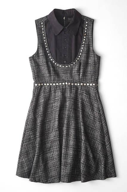 今季多くみられる柔らかなツイードチェックのウール生地で仕立てたミニドレス。アクセントとしてあしらった、フラットなメタルスタッズでパンキッシュに。黒いプリーテッドフロントシャツをレイヤードし、全体的にはフェミニンにまとめている。ドレス10万2600円(ディーゼル ブラック ゴールド)