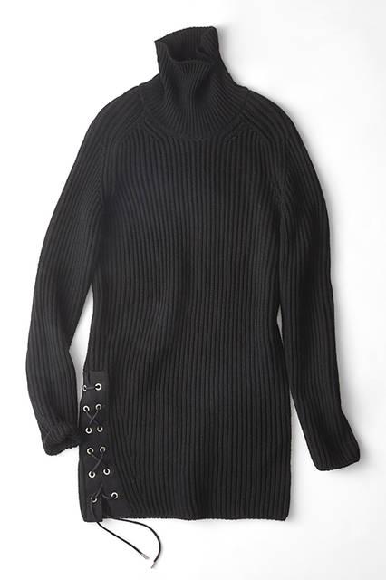 滑らかなウールリブニットは、ワンピースのようにも着用できるロング丈のデザイン。左裾にレースアップのディテールを加えることで、アウターとしてもインナーとしてもインパクトあるコーディネイトに。異素材の黒でレイヤードを楽しみたい。ニット7万200円(ディーゼル ブラック ゴールド)