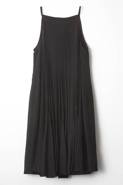 プリーツを多用した、シンプルなリトルブラックドレス。1着だけでも十分にフェミニンでいてセクシーだが、レイヤードによってさらなる可能性を発揮。シルクレーヨンによる柔らかな肌触りと上質さもコレクションブランドならでは。ドレス12万6360円(ディーゼル ブラック ゴールド)