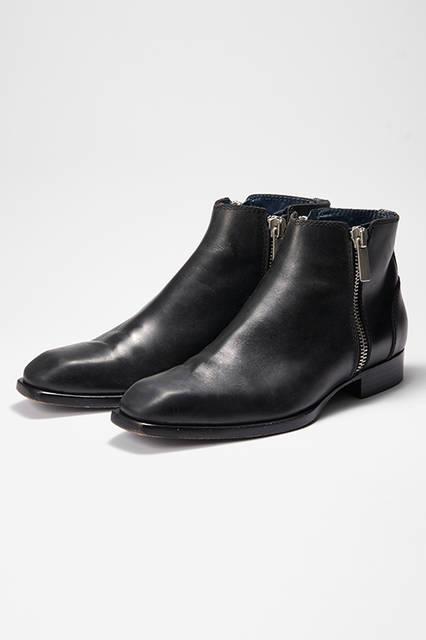 スマートでエレガントなチゼルトウが印象的なサイドジップのブーツ。ソリッドなジッパープルが付属し、どこかパンキッシュな印象に。ドレッシーなレザーソール仕様なのに、ネイビーのレザーライニングというアレンジからも遊び心を感じさせる。ブーツ9万7200円(ディーゼル ブラック ゴールド)