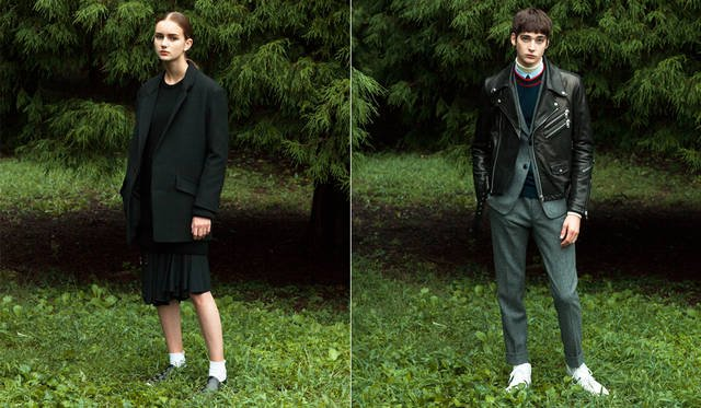 <写真左>ざっくりとしたヴァージンウールのジャケットはビッグシルエットのデザインに。インナーはミリタリーのムードを感じるベルトのディテールが随所にデザインされた、プリーツドレス。「コクーンシルエットのジャケットが今の気分に合っています。ローポジションにアクセントが来るよう、ワンピースを中心として黒のレイヤードスタイルにしています。(丸山氏)。</br> ジャケット12万6360円、ドレス15万9840円、ニット参考商品、スニーカー5万9400円、ソックス<スタイリスト私物>(すべてディーゼル ブラック ゴールド)</br> <写真右>スリムなセットアップの上にゴートレザーのライダースをレイヤード。英国生まれのヘリンボーン素材に黒レザーという組み合わせが斬新。「東京特有だと思っていたレイヤードの手法が、海外ブランドのショーでも数多く取り上げられています。ライダースをセットアップの上に重ねたこちらは、まさにその代表例」(丸山氏)。</br> レザージャケット19万9800円 ※左胸のジップデザインは仕様変更予定、ジャケット10万5840円、パンツ5万760円、シャツ3万8880円、クルーネックニット3万7800円、タイ2万1384円、タートルネック<スタイリスト私物>(すべてディーゼル ブラック ゴールド)
