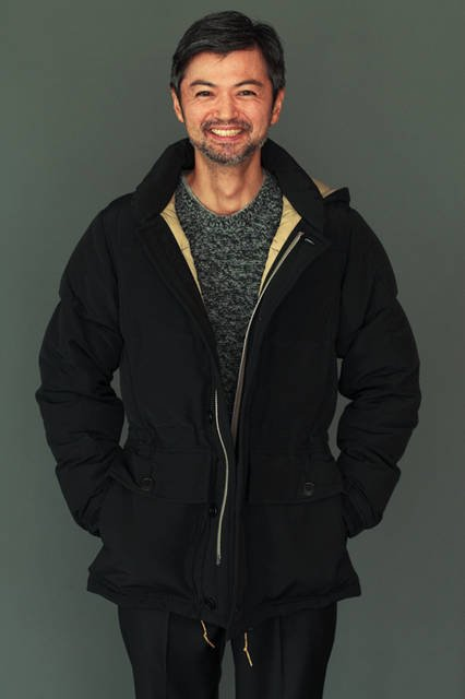 ダウンジャケット7万6000円(トッド スナイダー × ロッキー マウンテン フェザーベッド)、ニット4万8000円、T シャツ9000円(すべてトッド スナイダー)