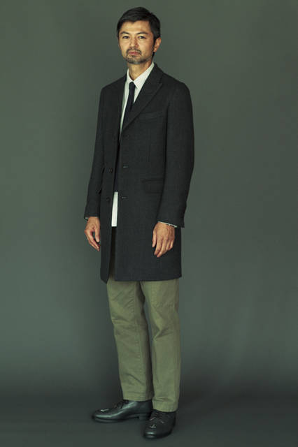 コート8万円、シャツ2万4000円、ネクタイ1万3000円、パンツ2万4000円(すべてトッド スナイダー)、靴4万6000円(トッドスナイダー × サンダース)