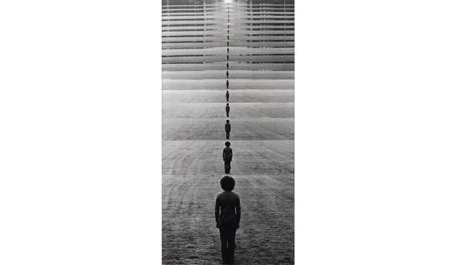 ケラウス リンケ「瞬時の移動」1972年/251×130cm/ゼラチンシルバープリント  © Klaus Rinke/Deutsche Bank Collection