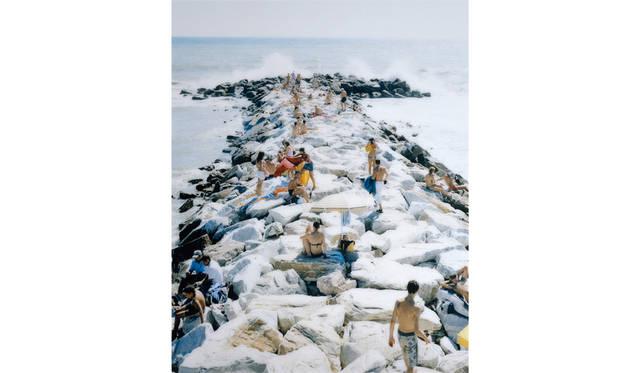 マッシモ ヴィターリ 「#2232, マディーマの波 」 2005 年/220 x 180 cm/C プリント ©VG Bild-Kunst, Bonn 2015/Deutsche Bank Collection