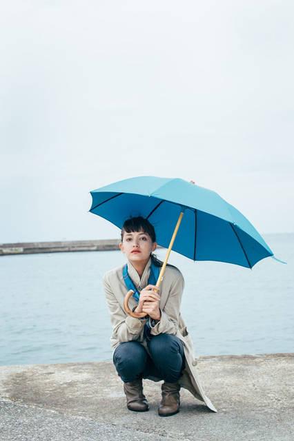 「ボンボンストアの傘 2015」 海、空、地球、を感じさせる「ブルー」。夏に引きつづき冬にも取り入れたい。襟をたてたコートにスカーフできゅっと小さく巻いたらこんなに素敵になる